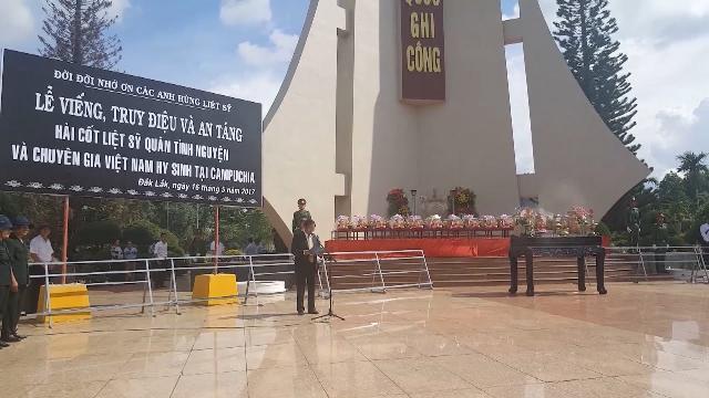 Lễ truy điệu và an táng hài cốt liệt sỹ, quân tình nguyện và chuyên gia VN hy sinh tại Campuchia
