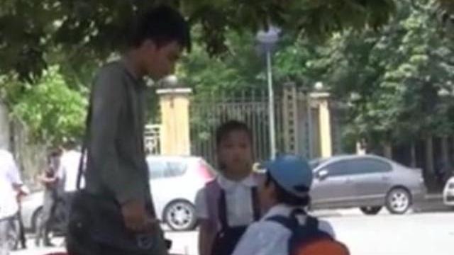 Camera giấu kín: Bé gái bị trấn lột giữa ban ngày