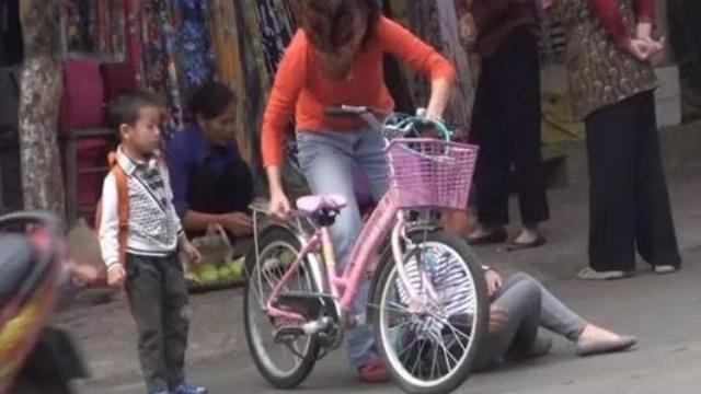 Camera giấu kín: Ai sẽ giúp bé gái bị ngã xe giữa đường?