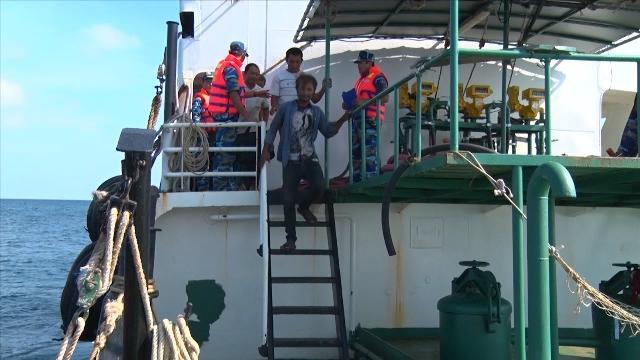 Tin Tức 24h: Bắt giữ 4 tàu sang mạn dầu trái phép trên 1,2 triệu lít