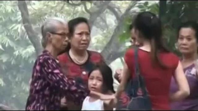"""Camera giấu kín: Đứa bé khốn khổ bị """"mẹ mìn"""" ép đi ăn xin"""