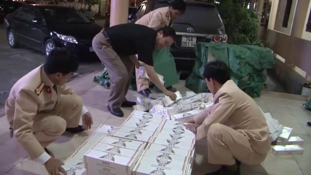 Quảng Bình bắt xe ô tô vận chuyển gần 500 cây thuốc lá lậu