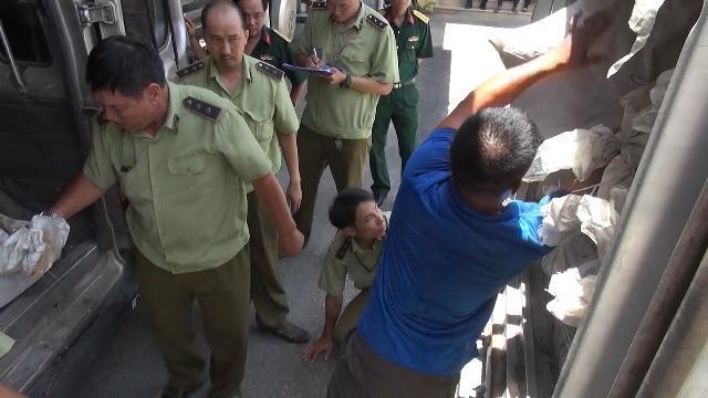 Tin Tức 24h: TP. Hồ Chí Minh bắt xe mang biển số đỏ chở thịt bẩn