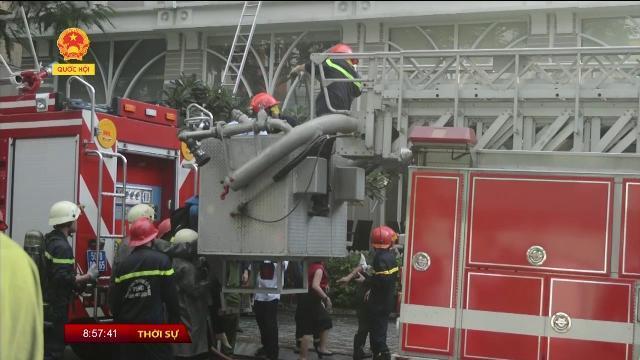Giải cứu hàng chục người mắc kẹt trong tòa nhà bốc cháy