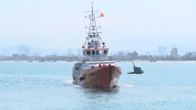 Tin tức 24h: Cứu hai ngư dân Quảng Ngãi bị đau nặng trên biển