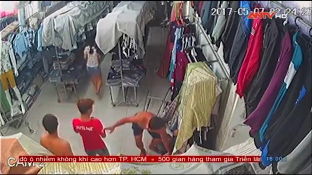 Clip giang hồ chém người man rợ trong shop thời trang