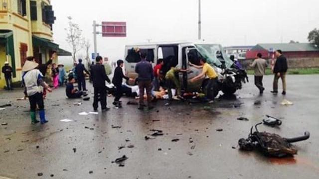Xe rước dâu gặp nạn, 17 người thương vong