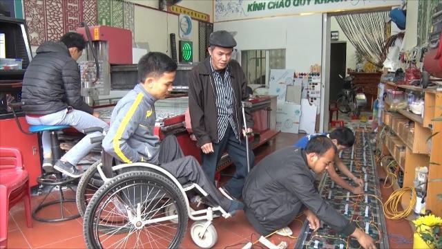 TIn Tức 24h: Người thanh niên khuyết tật giàu nghị lực ở Hải Dương