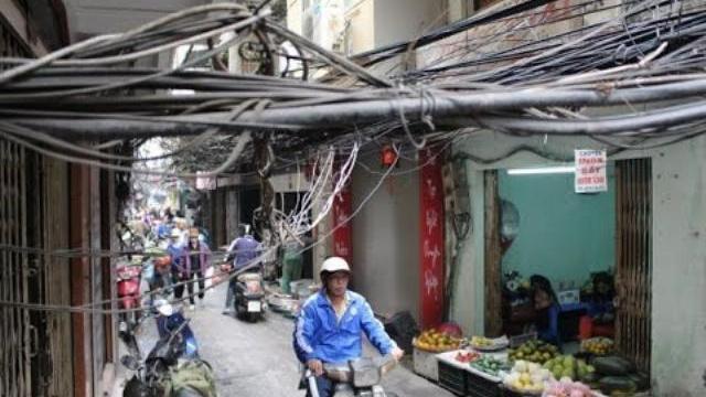 """Hoảng hồn dây điện xà xuống """"đè đầu"""" người Sài Gòn"""