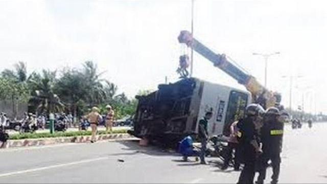 Xe bus lật đè chết 2 vợ chồng, 6 người bị thương