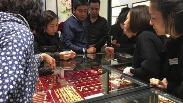 Tấp nập mua vàng ngày Vía Thần Tài - Tin Tức VTV24
