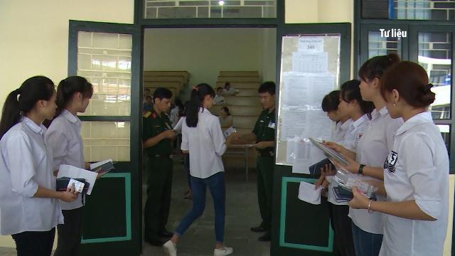 Tin Tức 24h: Học sinh Hà Nội làm bài thi thử THPT Quốc gia năm 2017