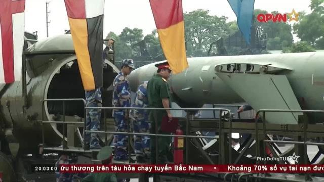 Nạp tên lửa P 35B cho tổ hợp Redut M của Quân đội Việt Nam