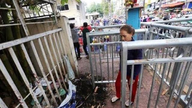 Nực cười rào chắn vỉa hè như... chuồng thú ở Sài Gòn
