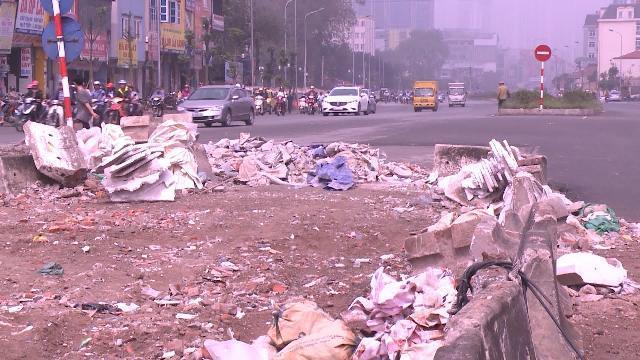 Phế thải vật liệu xây dựng ngổn ngang giữa đường phố Hà Nội