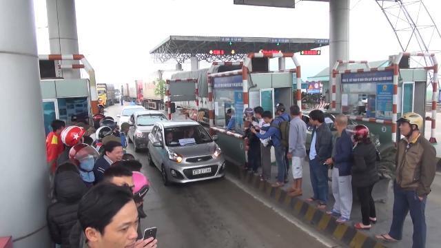 Người dân tiếp tục tập trung phản đối trạm thu phí BOT cầu Bến Thủy nối Nghệ An và Hà Tĩnh