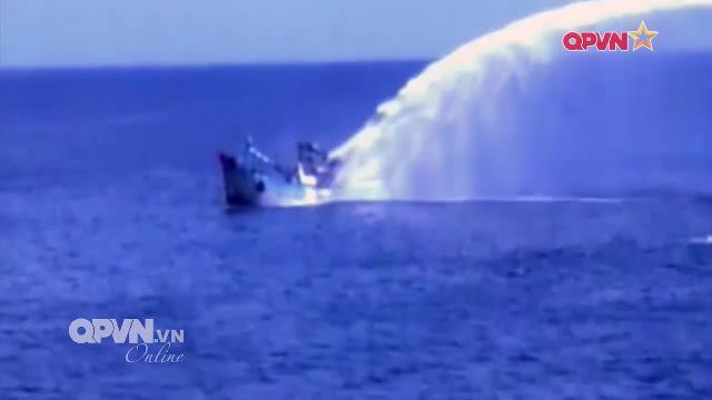 Hải quân Việt Nam dùng vòi rồng cứu tàu cá bị cháy dữ dội trên biển
