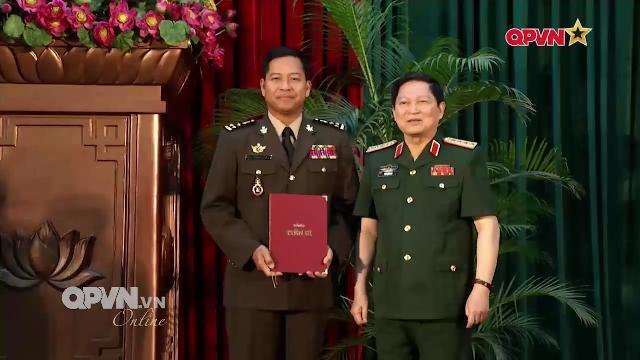 Việt Nam trao bằng Tiến sĩ cho 2 sĩ quan cao cấp Quân đội Campuchia