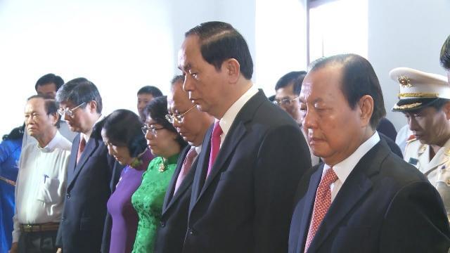 Chủ tịch nước dâng hương tưởng nhớ Bác tại Bến Nhà Rồng