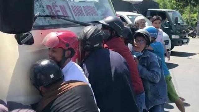 Người dân hợp lực giải cứu cố gái bị mắc kẹt dưới gầm xe - Tin Tức VTV24