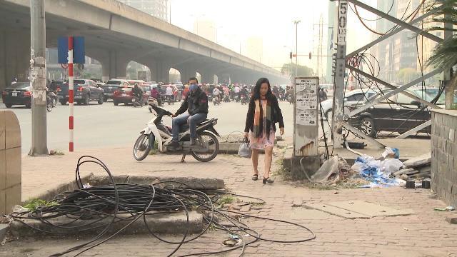 Tin Tức 24h | Hà Nội: Hố ga mất nắp trên vỉa hè rình rập người đi bộ