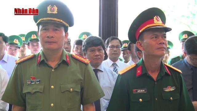 Thừa Thiên - Huế dâng hoa báo công lên Chủ tịch Hồ Chí Minh