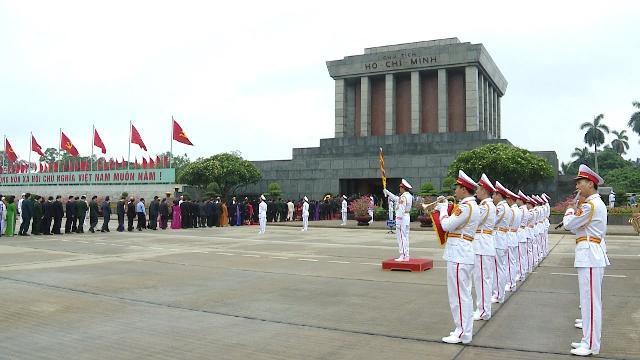 Đoàn Đại biểu Quốc hội khóa XIV vào Lăng viếng Chủ tịch Hồ Chí Minh