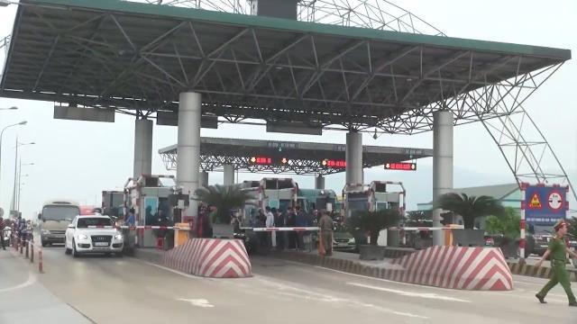 Trạm thu phí BOT cầu Bến Thủy nối hai tỉnh Nghệ An và Hà Tĩnh xả cổng tránh ùn tắc giao thông