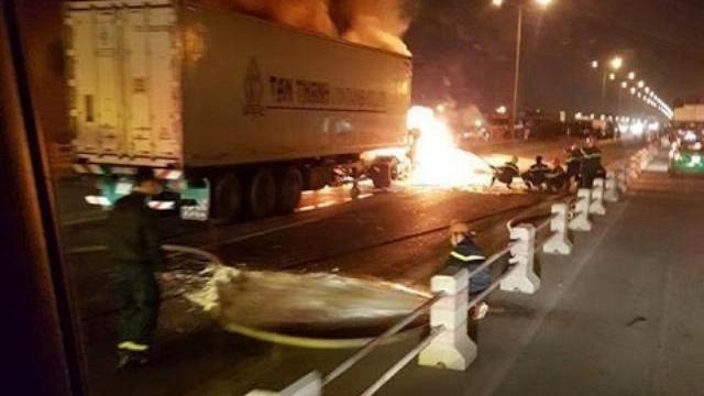 Cảnh hoảng loạn container cháy ngùn ngụt sát cây xăng