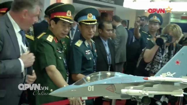 Đoàn quân sự cấp cao Việt Nam tham quan vũ khí tại Triển lãm Quốc tế LIMA