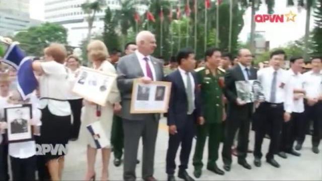 Người Việt và người Nga diễu hành