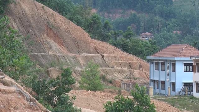Sạt lở núi đe dọa cơ quan công sở ở miền núi Sơn Tây, Quảng Ngãi