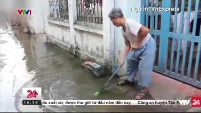 Tình trạng nước cống tràn lan khắp ngõ ở Hà Đông | VTV24