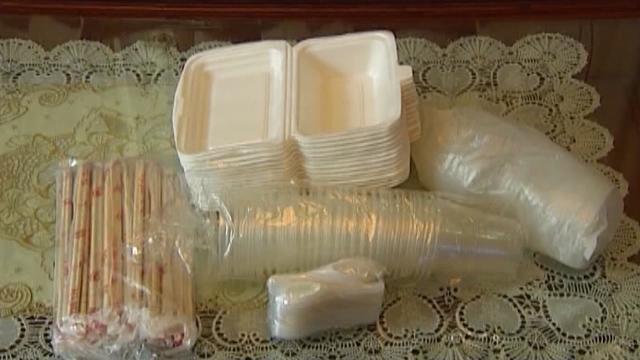 Phóng Sự Việt Nam: Nguy cơ nhiễm độc chì từ đồ gói bao thực phẩm