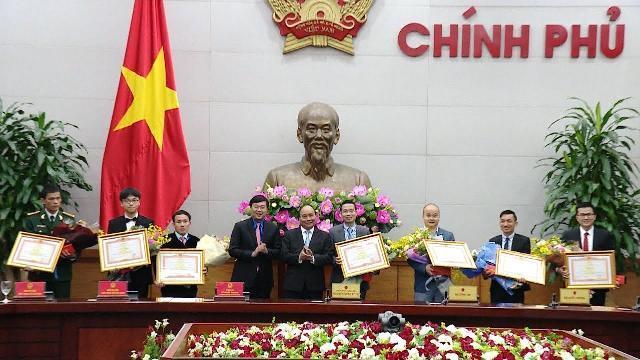 Thủ tướng Nguyễn Xuân Phúc gặp mặt các gương mặt trẻ Việt Nam tiêu biểu năm 2016