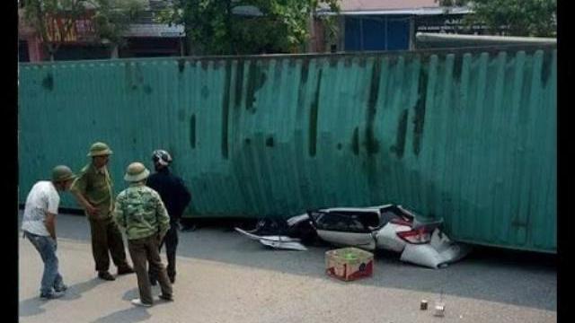 Xe container đè trúng xe con, 2 người thiệt mạng | VTV24