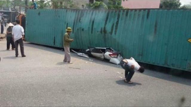 Hiện trường container đè nát xe con, 2 người chết thảm