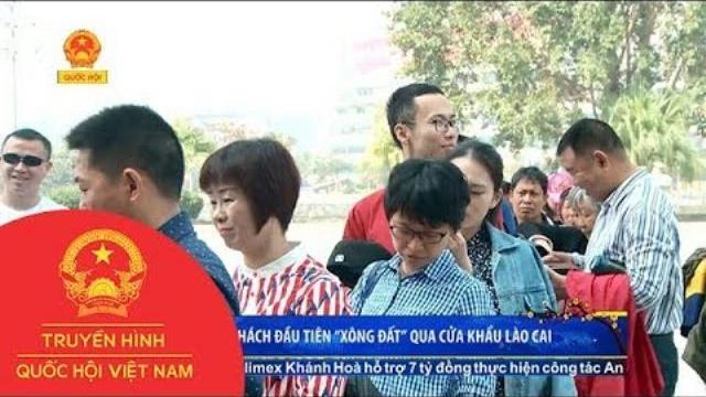 """Những du khách đầu tiên """"xông đất"""" qua cửa khẩu Lào Cai"""