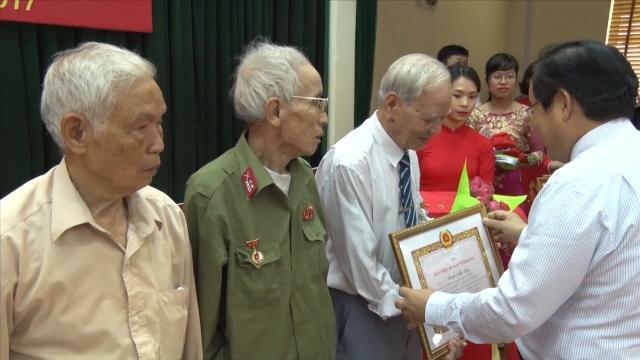 Tin Tức 24h: Hải Phòng trao Huy hiệu Đảng cho 725 đảng viên