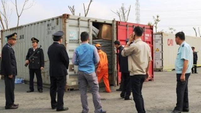 """""""Bóc tem"""" container lá Khat vô chủ ở cảng Hải Phòng"""