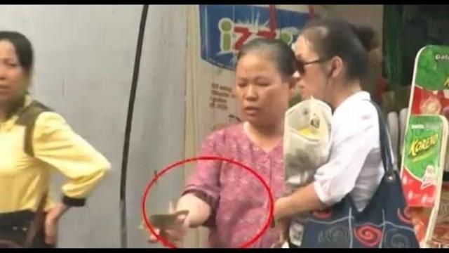Camera giấu kín: Cô gái mù thử lòng người trung thực