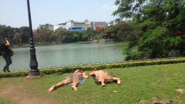 2 nữ du khách hồn nhiên khỏa thân tắm nắng bên Hồ Gươm