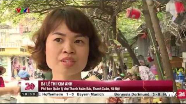 Khó khăn trong việc chuyển hàng rong vào chợ tại Hà Nội | VTV24