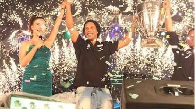 Huyền thoại Ronaldinho đến Việt Nam