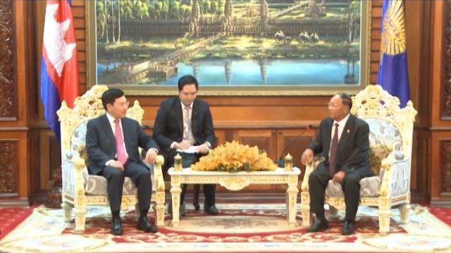 Đồng chí Phạm Bình Minh đến chào Chủ tịch Quốc hội Vương quốc Campuchia Xăm-đéc Hêng Xom-rin