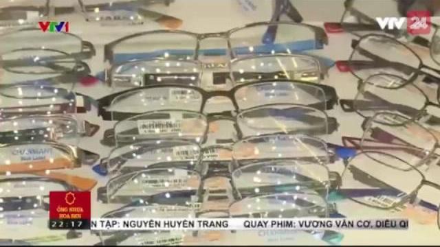 Cách đơn giản để phân biệt kính thật và kính giá | VTV24
