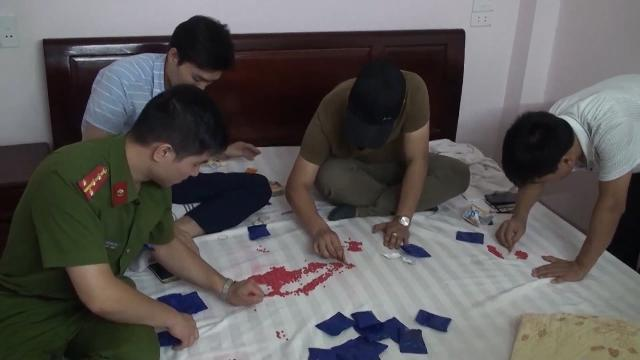 Lào Cai bắt giữ 2 đối tượng vận chuyển trái phép 6000 viên ma túy tổng hợp