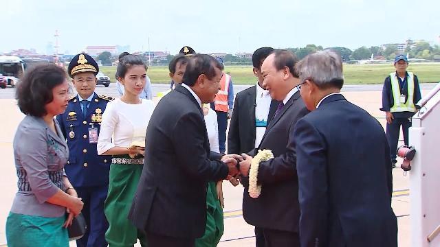 Thủ tướng Nguyễn Xuân Phúc đến Phnom Penh dự Hội nghị WEF ASEAN 2017