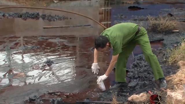 Đồng Nai phát hiện công ty xả chất thải màu đen ra sông Thị Vải