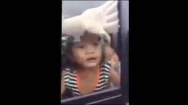 Bắt cóc trẻ em táo tợn giữa ban ngày. Người lớn hãy canh chừng con em của mình !